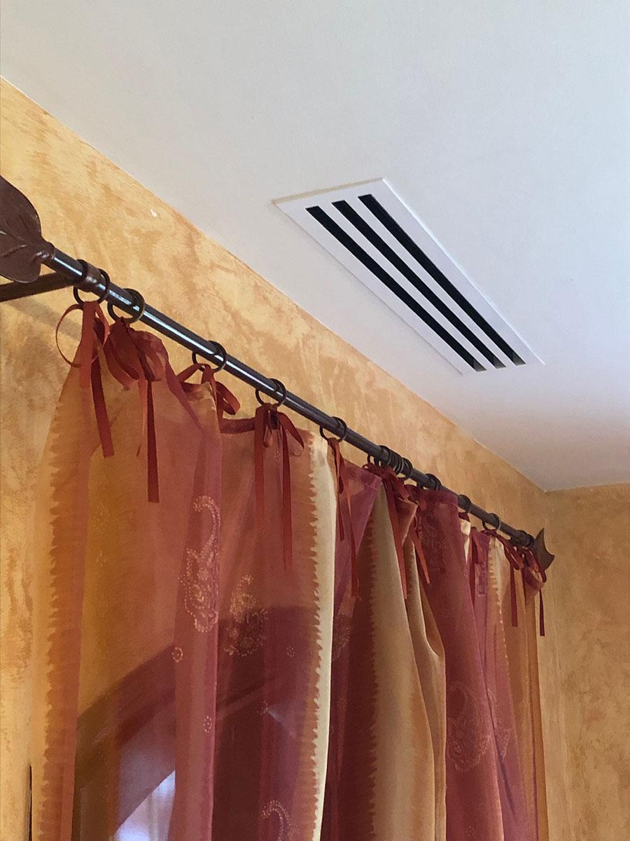 climatiseur cassette au-dessus d'un rideau