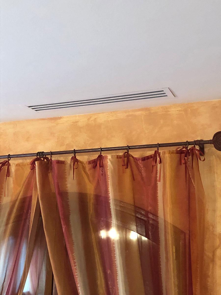climatiseur cassette installé dans un séjour
