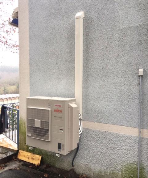 groupe extérieur climatisation accroché en façade