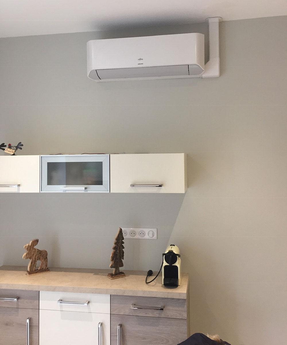 climatiseur mural installé dans une cuisine