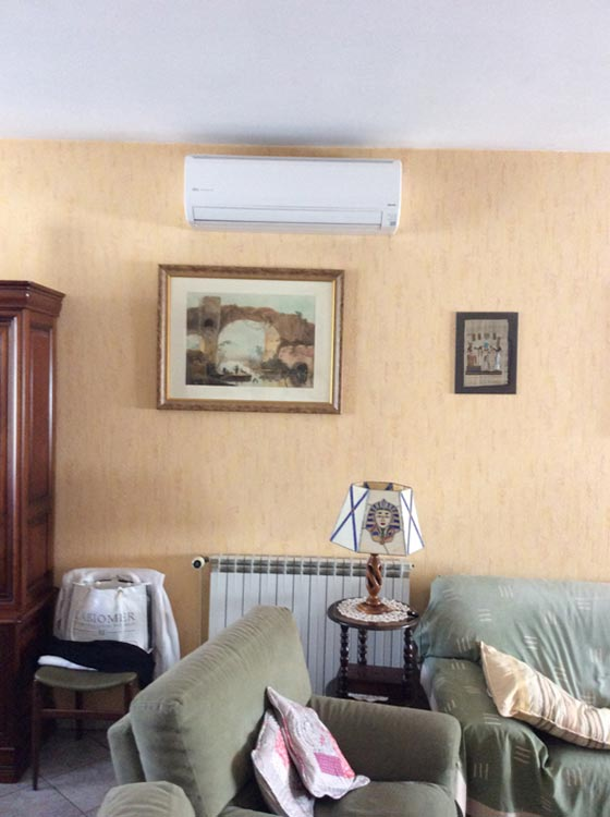 unité de clim intérieure installé dans un séjour