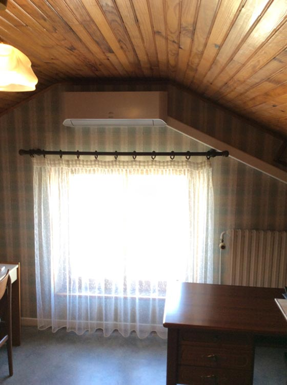 climatiseur mural dans une chambre en mezzanine