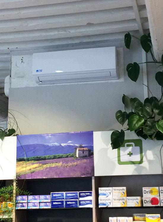 climatiseur mural au-dessus d'une étagère de pharmacie