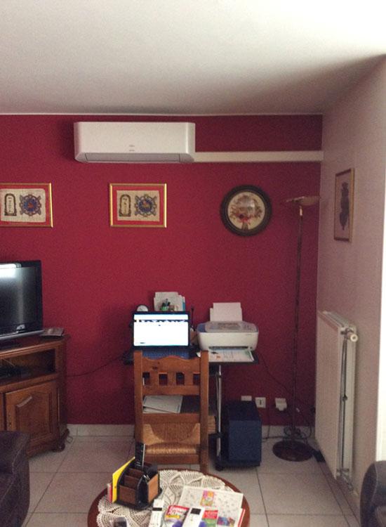 unité de climatisation murale installé dans un salon