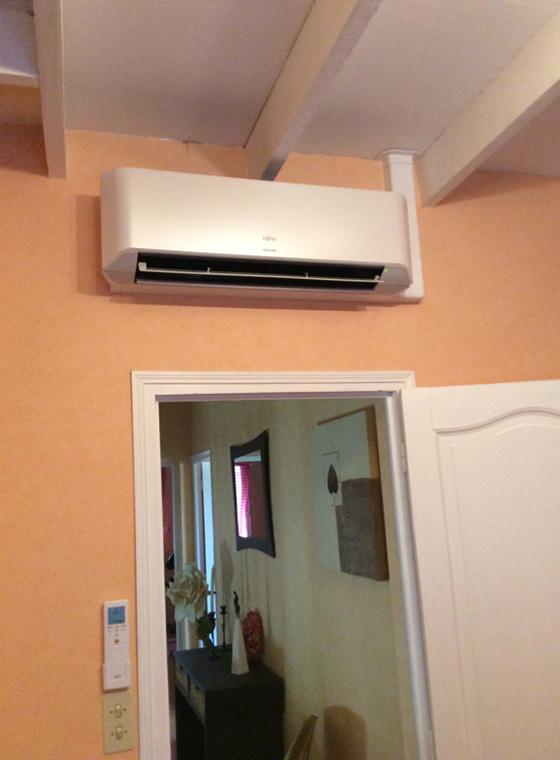 climatiseur au-dessus d'une porte