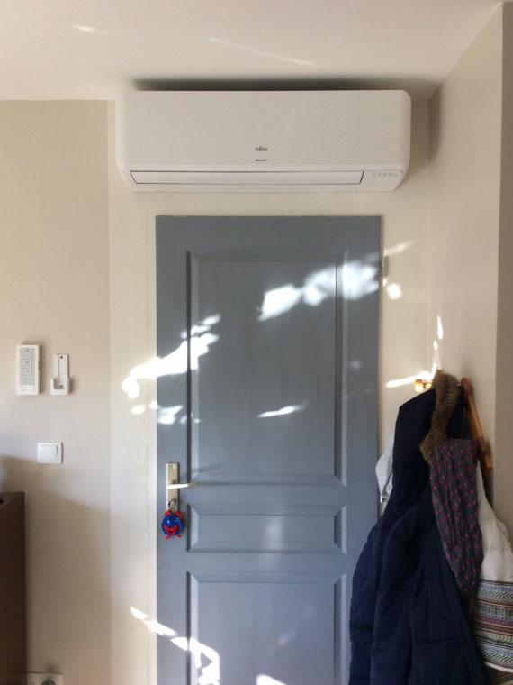 climatiseur installé au-dessus de l'entrée d'un logement