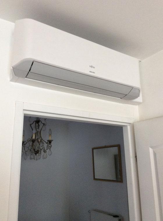 climatiseur intérieur au-dessus d'une porte