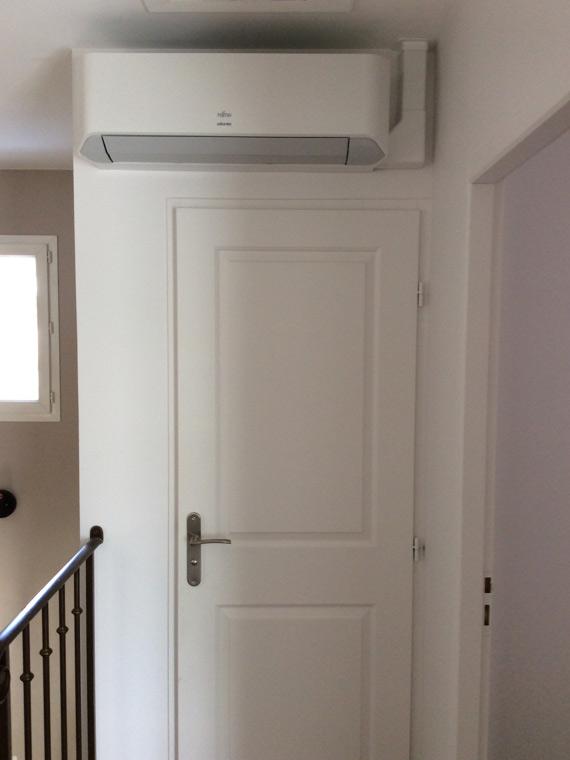 climatiseur mural dans un couloir