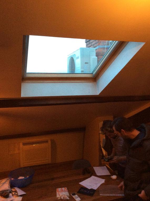climatiseur console sur mezzanine et groupe extérieur sur toit maison