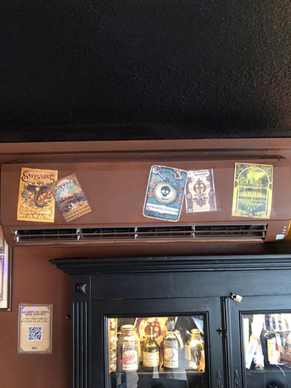climatiseur mural marron dans un bar