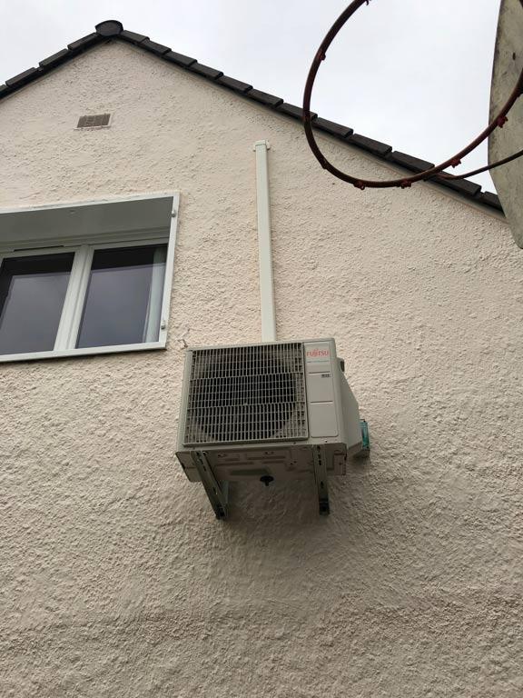 groupe de climatisation extérieur sur la façade d'une maison