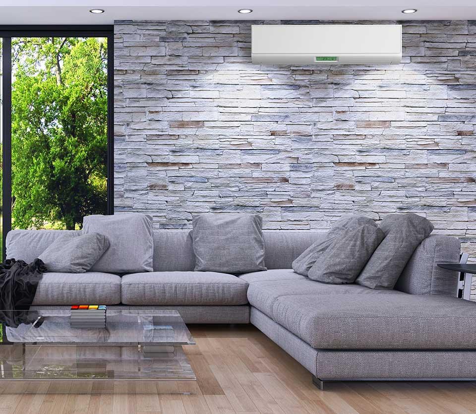 climatiseur mural intérieur au-dessus de canapé