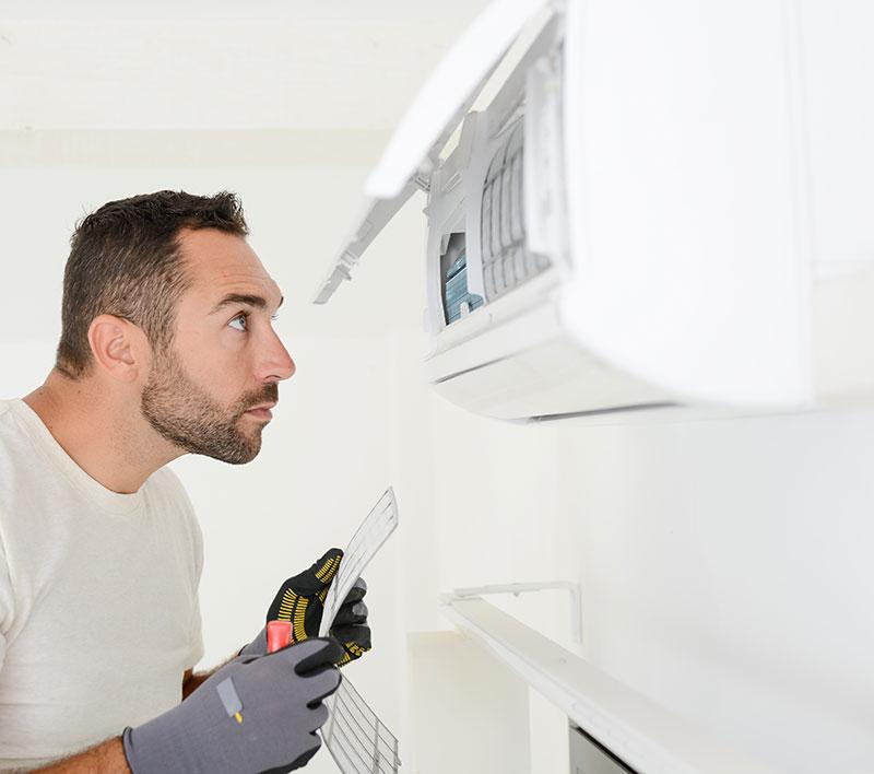 technicien en train de vérifier la climatisation