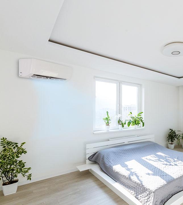 climatiseur mural installé dans une chambre