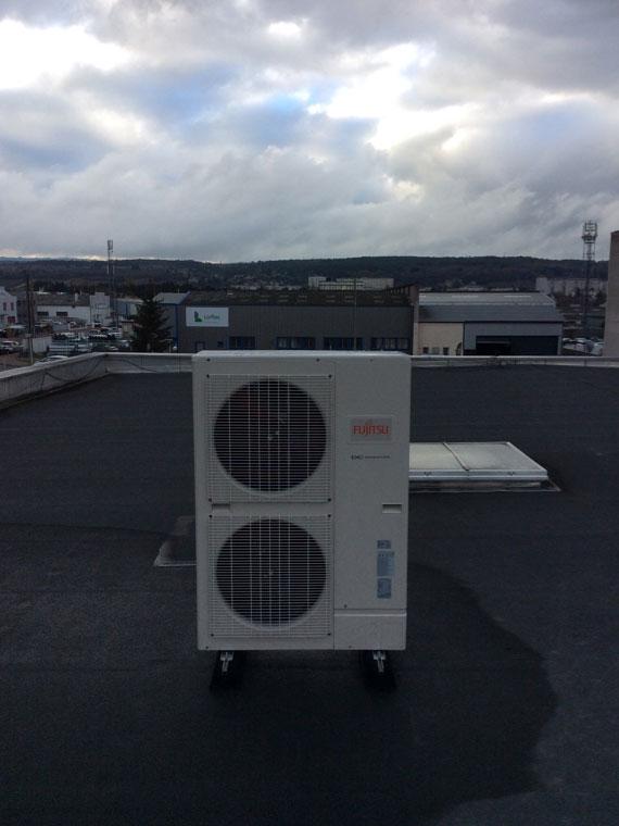 groupe clim extérieur sur le toit d'un commerce
