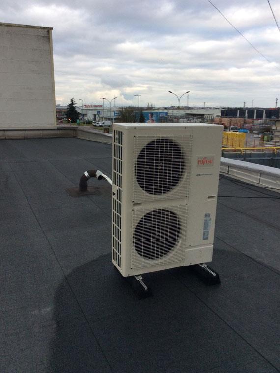 groupe extérieur de climatisation sur toit commerce