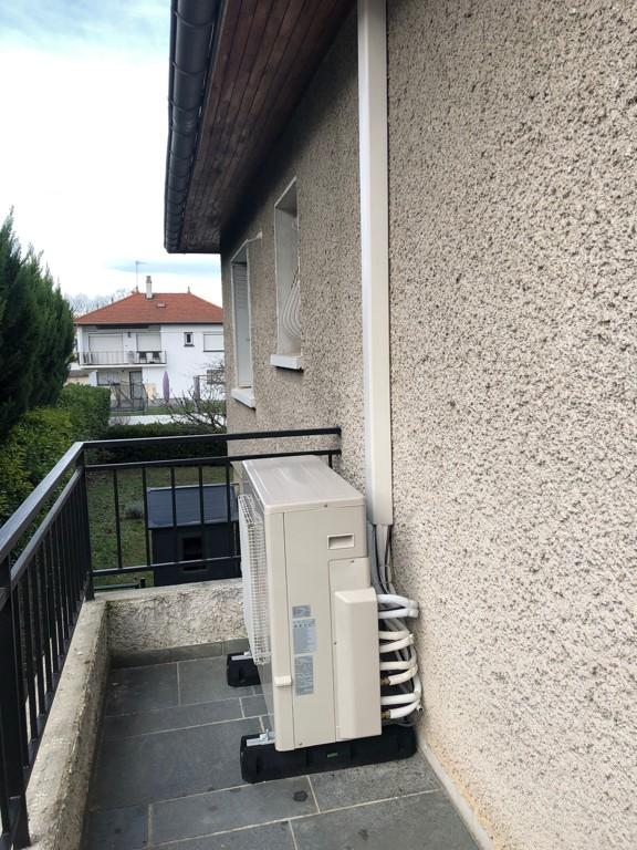 groupe climatisation extérieur posé sur balcon à venissieux