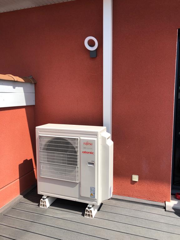 groupe de climatisation extérieur sur terrasse dans le rhône