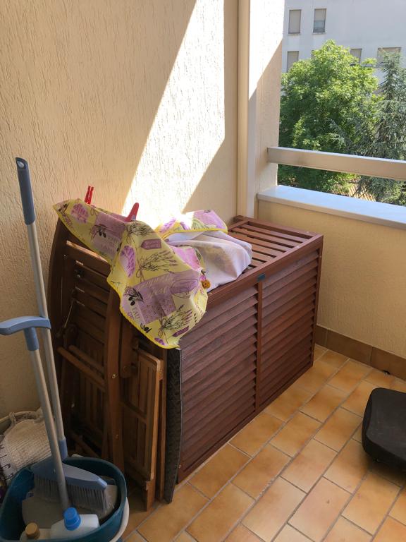 groupe de climatisation extérieur dans cache groupe en bois