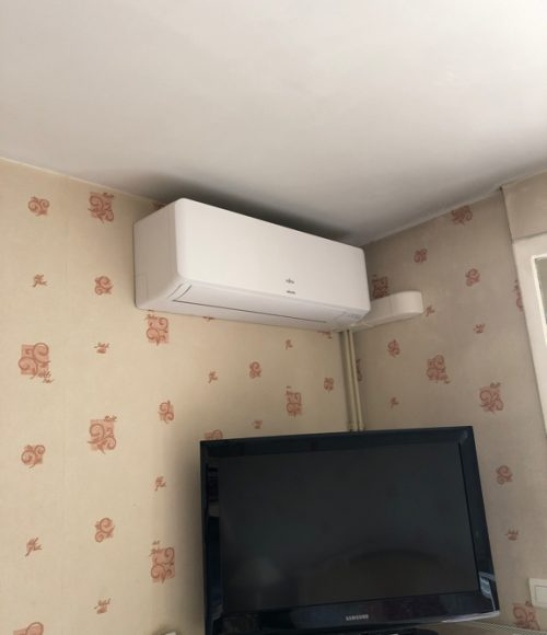 installation climatiseur mural dans une chambre