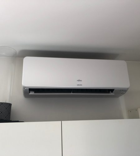 climatiseur mono split mural dans salon