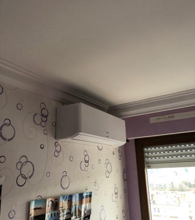 climatiseur mural dans une chambre